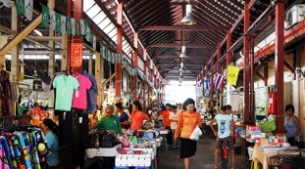 The interior of Nang Leong Market, a covered market located at the center of the community where locals buy meat and vegetables, prepared food, groceries, and locally-made handicraft products (Source: Non Arkaraprasertkul)