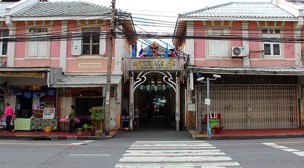 The entrance of the Nang Leong Market as well as Wat Kae Nang Leong Community showing the physical alleyway-like structure of the neighborhood and the traditional two-storey shop house architecture unique to this part of the city (Source: Non Arkaraprasertkul)