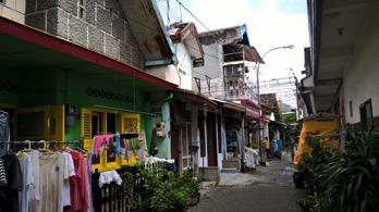 """An alleyway in Kampung Peneleh, with """"rumah jengki"""" in the foreground (left) (Source: Rita Padawangi)"""