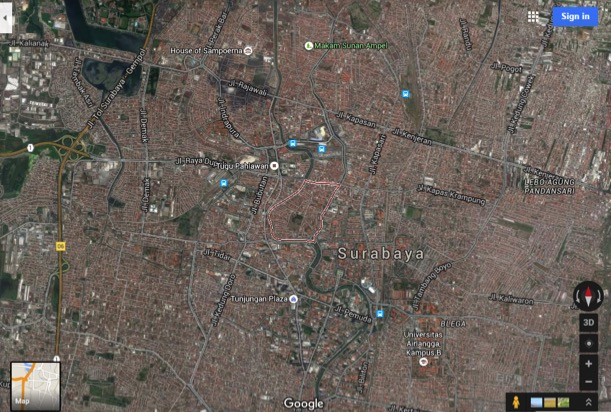 Aerial photograph of Kampung Peneleh in central Surabaya, bounded in red (Source: Google Maps)